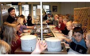 Lokal mat i skolorna vill alla ha, men när anbuden tas in försvinner de lokala leverantörerna.FOTO: CHARLOTTA RÅDMAN FRANS