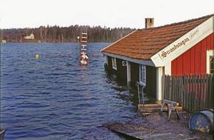 Strandstugan vid Norasjön översvämmades och strandpromenaden låg djupt under vattnet. I dag finns också en markering på huset hur högt vattnnivån stod 1977.