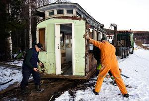 Spårvagnen har tjänat sitt syfte och ska nu bort. Thord Berglund, Sven-Åke Dahlberg och Jan Ståhl baxar upp vagnen på flaket.