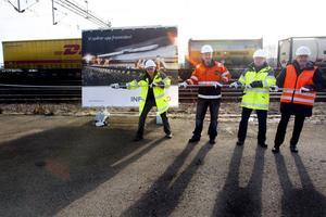 Drar igång. Peter Björklund, projektledare på Trafikverket, Åke Ryman, Infranords platschef, Lars-Olof Nilsson, byggledare på Trafikverket, och Niclas F Reinikainen, Infranords vd, drar ut linan som får symbolisera att anläggningsprojektet har startats.