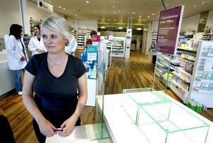 Butikschef Anette Strandberg jobbar inför dagens invigning av apoteket Hermelinen.