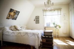 Sovrummet är vilsamt inrett med ljusa färger.