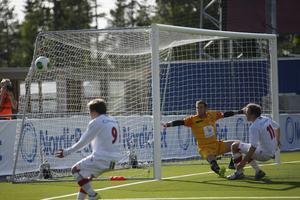 Nära, nära men inget mål blev det den här gången heller, bollen smiter utanför. Sapmis Steffen Dreyer, närmast målvakten, hade flera chanser men fick ingen utdelning.