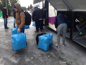 Klockan var ungefär halv tolv på fredagen när bussockupanterna bestämde sig för att ge upp och plocka ut sin packning ur bussen.