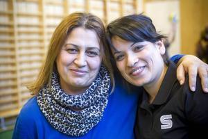 Eida Said, till vänster i bild tycker att Najiba Mansouri och gemenskapsprojektet hjälpt henne i sin språkutveckling.