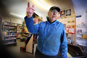 Tage Gillander drev butiken på 70-talet - det var kämpigt redan då med långa arbetsdagar.