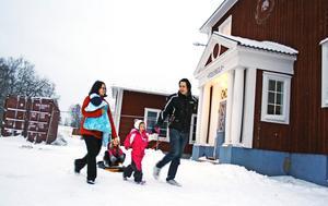 Nästan 50 skolbarn går i Snavlunda skola. Paret Tinglums dotter Mathilde är en av eleverna. Lillasyster Amanda går på förskolan och lillebror Adam, 10 veckor, kommer i och med bygget av den nya skolan (i bakgrunden) även han att kunna gå sina första förskole- och skolår i Snavlunda.