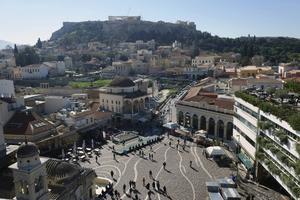 Från takbaren A for Athens har man en fin utsikt över Monastirakitorget och Akropolisklippen.   Foto: Mikael Nilsson/TT