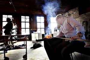 Stefan Erlandsson testar ugnen.