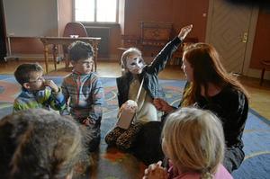 Häxvecka. Barnen får veta allt möjligt om Slottet när de är med på vandringen.