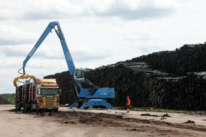 Den stora kranen lastar en av Göranssons bilar på Byholma, som ligger utanför Ljungby.