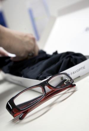 Favoptics bågar packas hos Samhall på Frösön och skickas sedan ut till kunderna som får prova vilka som passar bäst. Bågarna skickas därefter tillbaka till Favoptics för att slutligen levereras som färdiga glasögon.