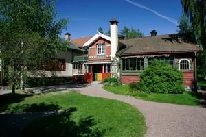 Gården Lilla Hyttnäs i Sundborn byggdes till och om i flera omgångar och huset är i dag världsberömt. Oftast kallas gården endast Carl Larssongården. Att Karin Larsson spelade stor roll för hemmets utformning var länge så gott som bortglömt.