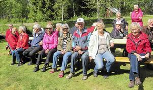 En grupp Moraseniorer njuter av såväl omgivningen i Selbäck som det fina vädret.