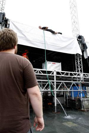 Scenbyggaren Pelle Johansson tömde med hjälp av en vattenslang och häverteffekten tälttaket på Stora scenen på Stortorget. Därmed var det rustat för ytterligare skyfall.