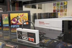 Storsäljaren Nintendo Entertainment System, NES. Den lanserades i Sverige 1 september 1986 och har en lång rad klassiska speltitlar som exempelvis Super Mario.