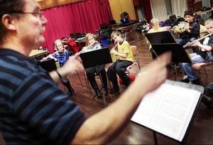 Kenneth Berg höll  i taktpinnen för att leda blås- och slaginstrumentsmusikerna rätt.