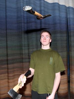 Yxjonglören Vincent visade att det finns många användningsområden för en yxa. Foto: Håkan Degselius