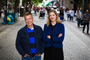 Linda Petersson och Olof Edin börjar sin stadspromenad på det omdebatterade Stortorget.