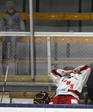 Det var stundtals tuffa tag ute på isen och här har en Grumsspelare träffats av Falu IF:s Tom Anderssons klubba som renderade i fyra minuters utvisning.