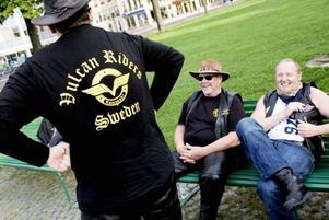 """RETFULLA. Det råder ingen brist på skämt på """"ljugarbänken"""" innan avfärd. Här är det Allan Eriksson och Stefan Karlsson som diskuterar bästa motorcykel märket.Foto: David Holmqvist"""