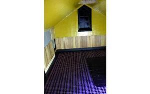 saramay1:Övervåningen är i princip klar. Tankarna går till en färgstark Disney-film med de gult linoljemålade väggarna och det fantastiska lilarutiga golvet.- Det är en gammal tradition. Förr försökte man efterlikna finare hus med stengolv genom att m