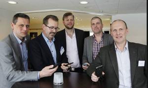 Operatörer-representanter samlade i Östersund, samtliga fingrandes på sina mobiler
