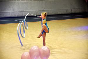 Josefin Karlsson visar upp sitt tävlingsprogram.