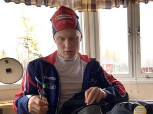 Axel Ekström tar en banan i Garphyttans klubbstuga efter avslutat träningspass i Ånnabodas konstsnöspår.