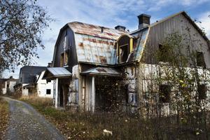 Fyra förfallna fastigheter i Hallstanäs ska rivas av kommunen, på ägarens bekostnad.