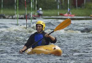 Tack vare stöd från Riksidrottsförbundet får skolungdomar från Falun chansen att prova på att paddla i forsen i Hosjöholmen.
