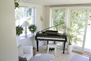 Jessika Eriksson tycker om att spela med utsikt över trädgården. I tillbyggnaden finns också plats för fikastunder.