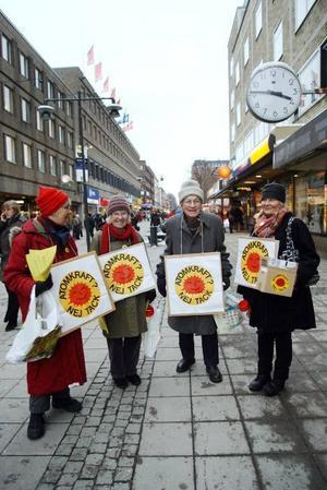 DEMONSTRATION PÅ STORTORGET. Medlemmar från Folkkampanjen mot kärnkraft-kärnvapen hade en liten demonstration på Stortorget i går. Inga Michaeli, Kirsten Hillblom, Thorild Dahlgren och Annika Erixån har alla varit engagerade mot kärnkraften i många år.