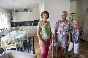 Trivs. Gunnel Press Olsson, här med grannarna Björn och Ulla-Britt Dahlen, trivs i sin trea i Bovieran. Lägenheten är ljus och luftig med en generös takhöjd.