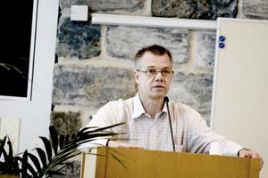 Klas Palmér kan inte fortsätta som ordförande i kunskapsnämnden eftersom han blivit placerad i Kina av sin arbetsgivare, Sandvik.