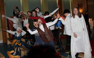 Glada elever i klass fem på Fagerviks skola strax innan det är dags för premiär på teaterföreställningen.
