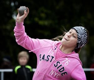 Frida Lannhard, årskurs 6 i Marnässkolan, inledde kultävlingen med en fin stöt på 8.40 meter.