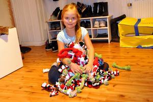 Nora Edvinsson med några av sina handgjorda hundleksaker, som hon har sålt via ett Facebookinlägg. Just dessa leksaker ska skänkas till Hundstallet i Åkeshof.