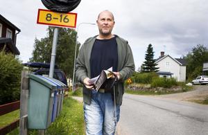 – Det blev mest räkningar idag. Och lite reklam på det, säger Ove Ångström, Tallåsen, under inspektionen av dagens post.