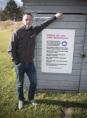 Mats Eriksson tycker information är bra. Här visar han en av de skyltar man har fått sätta upp för att underlätta för snöskoterturisterna.