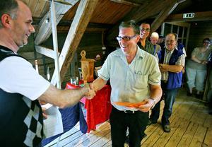 Andra pris till Johnny Axling, Söderhamn, för en miniatyrkniv, utdelat av Mats Holmberg som satt i juryn.