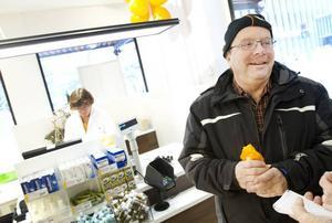 """Köfritt. """"Det brukar vara lång kö på det andra apoteket. Det är perfekt att kunna springa över hit"""", säger Lennart Pettersson, Kungsgården, en av det nya apotekets första kunder."""