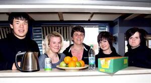 Peder Svensson och Tindra Skarin från elevrådet, skolvärdinnan Anna-Karin Fahlén samt elevrådets Paulina Holmberg och Pernilla Rydalm är nöjda med den nyttiga inriktning Herrskogsskolans cafeteria fått.