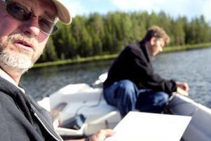 Roland Hultman hoppas att få sätta ut öring i Lövåstjärnen. Fiskerikonsulent Stefan Thorfve undersöker möjligheterna.