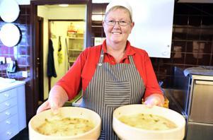 I köket lagar Kerstin Hedberg all mat till förskolebarnen. Favoriten är soppa och paj, eller soppapaj, som många barn säger. Det är en matig soppa och till efterrätt serveras äppelpaj.