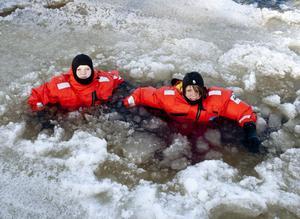 1. Helena Fredriksson, 15, och Elin Bruerberg, 14, trivdes som fisken i vattnet. Någon kyla kände de inte av, men huvudet vågade de aldrig doppa.