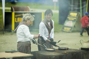 Kolbullarna har gått åt i en rasande fart. Annelie Myhr och Karin Svensson har haft fullt upp.