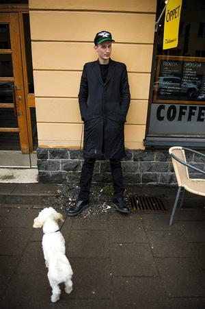 Kristian Gidlund tillsammans med  sin hittehund Pysen.