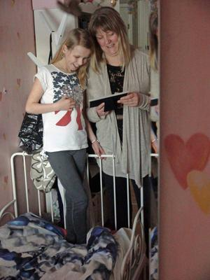 Josefine Persson hoppas nu på sin trettonde hjärtoperation. Här tillsammans med sin mamma Malin hemma i Brunflo.
