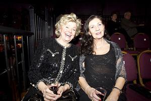 – Vi är premiärlejon, är det premiär så är vi där, säger Margaretha Stålquist (t.v.) som likt Sonja Svensdotter aldrig missar ett tillfälle att klä upp sig i sina finaste stassar.
